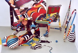 PING PONG – 2003 (RAUMINSTALLATION MIT KÜNSTLERIN), CA. 17QM, VERSCHIEDENE GARNE